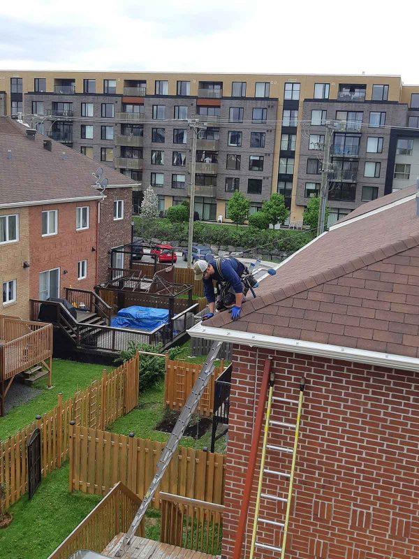 installation de gouttières sur le toit en toute sécurité